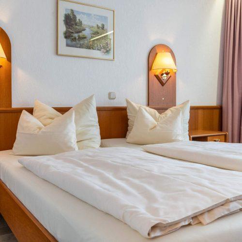 Doppelzimmer mit Balkon Bett